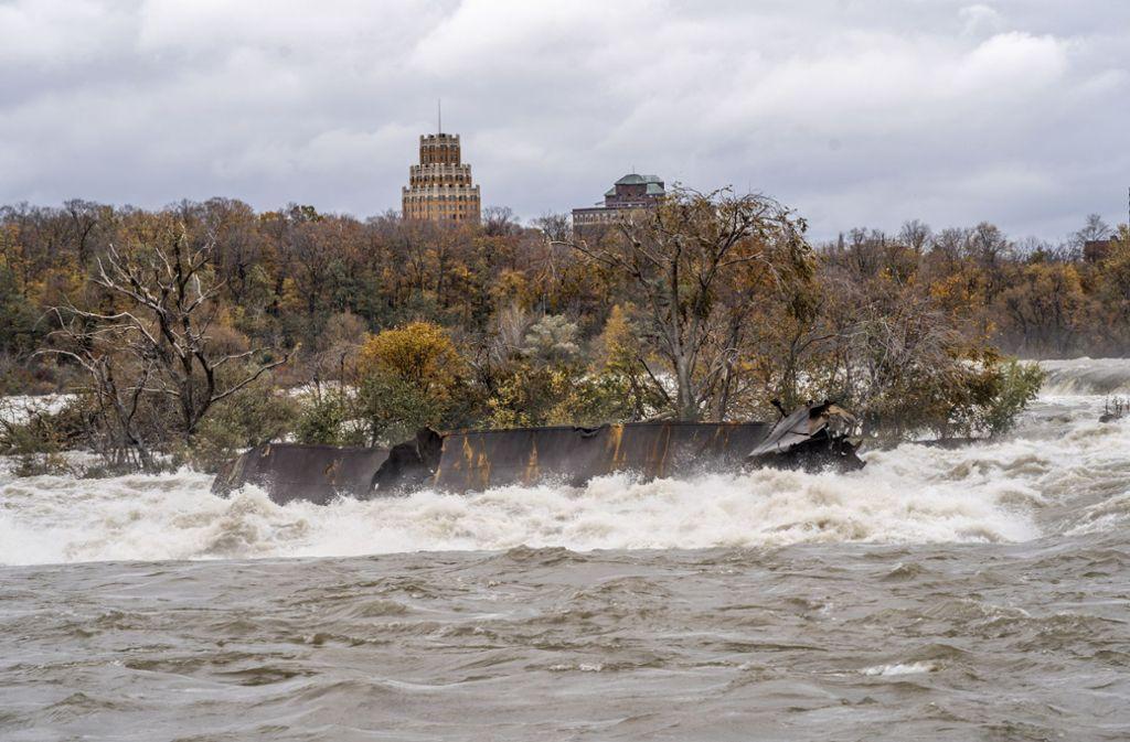 Der Lastkahn ist nur noch 50 Meter von der Kante der Wasserfälle entfernt. Foto: AP/Chris Giles