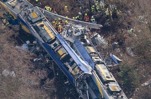 Züge prallten mit sehr hoher Geschwindigkeit zusammen