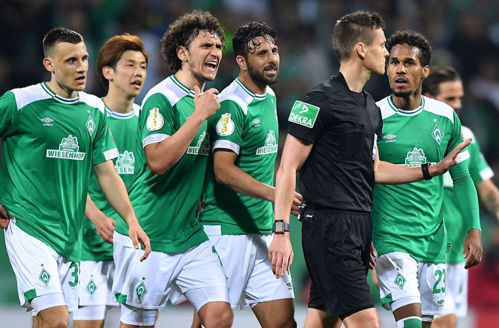 Im Mittelpunkt der Kritik: Schiedsrichter Daniel Siebert wird von protestierenden Werder-Profis verfolgt. Foto: Getty