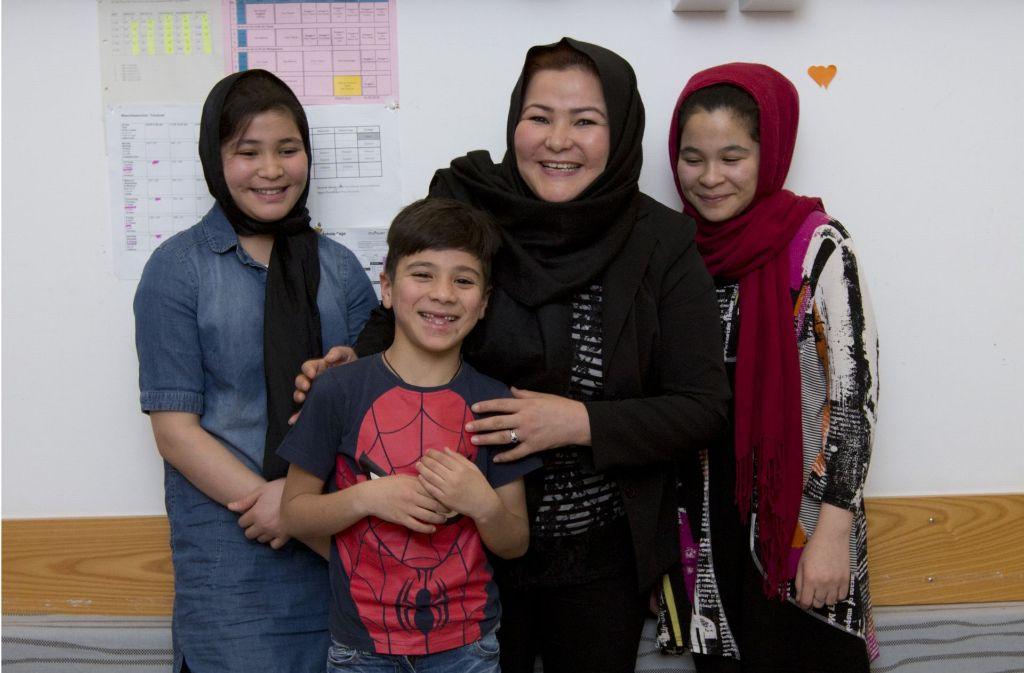 Sakina Esmaily (Mitte) darf mit ihren Töchtern Mahdia (li) und Mohadesha und ihrem Sohn Mortaza vorerst in Deutschland bleiben. Foto: Lichtgut/Michael Latz