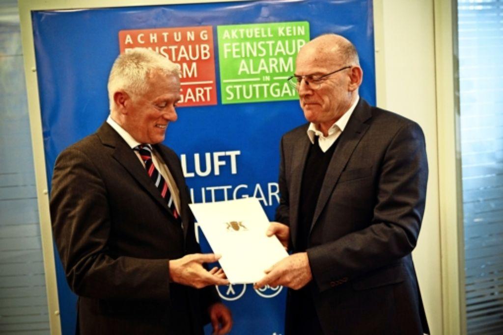 OB Fritz Kuhn (links) freut sich über einen Zuschuss von Landesverkehrsminister Winfried Hermann für neue elektronische Hinweistafeln. Foto: Lichtgut/Leif Piechowski, Stadt Stuttgart
