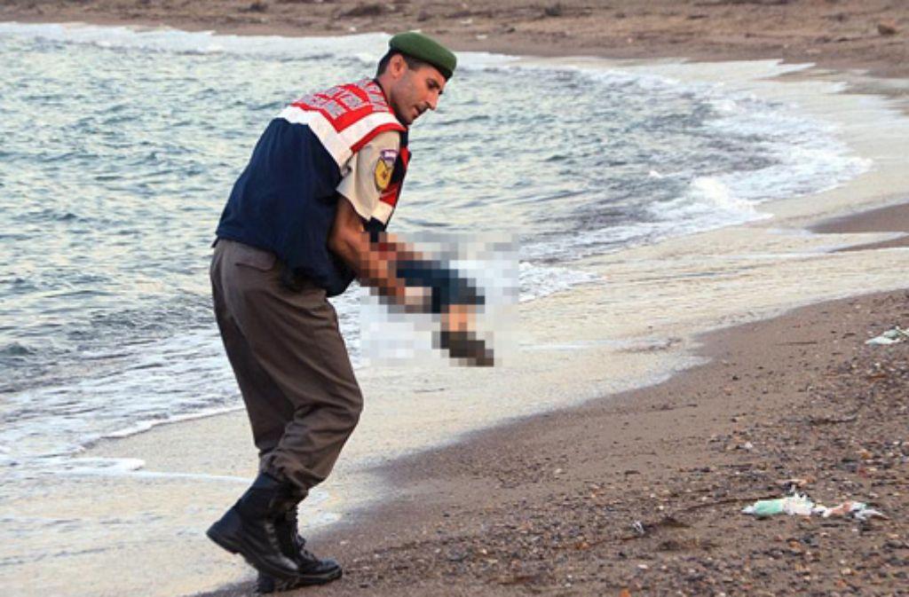 Ein kleiner Flüchtlingsjunge lag tot am Strand in der Türkei. Foto: AP