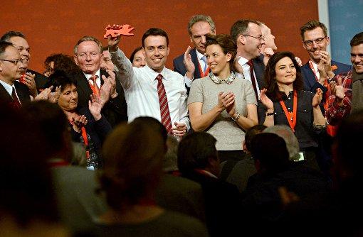 Der SPD-Spitzenkandidat für die Landtagswahl in Baden-Württemberg, Nils Schmid, nimmt beim Landesparteitag der SPD nach seiner Rede den Applaus der Delegierten entgegen, neben ihm steht seine Ehefrau Tülay. Foto: dpa