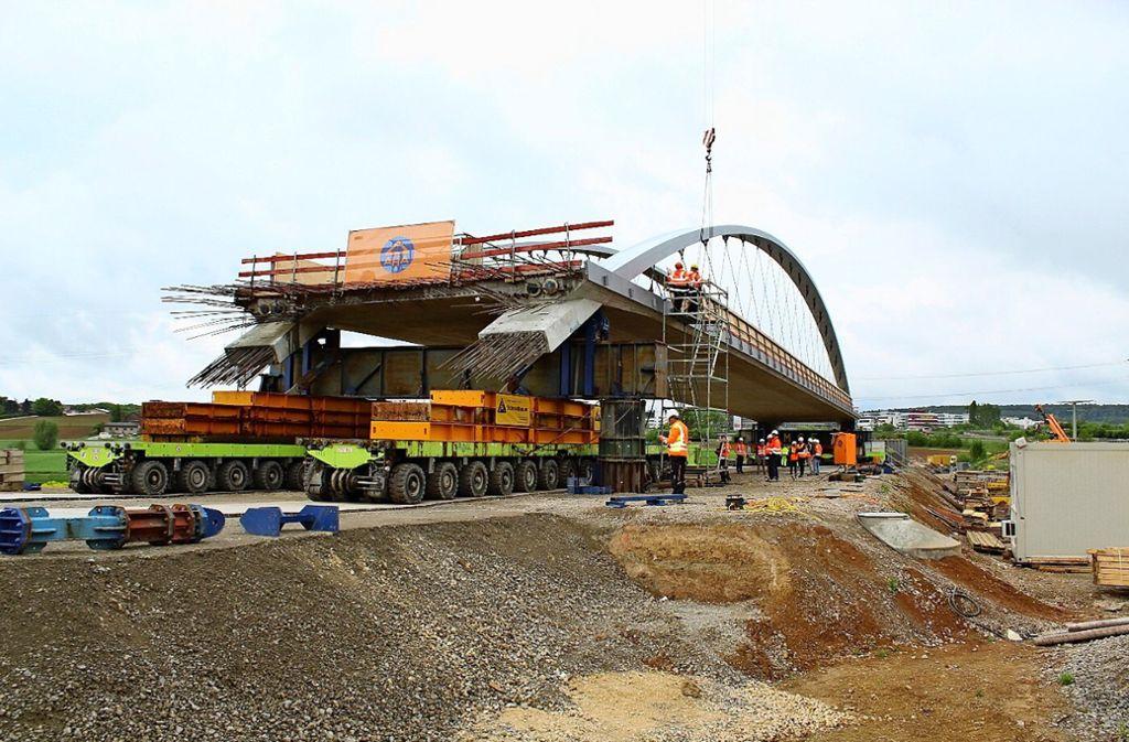 Bis sie an ihren Bestimmungsort umgezogen wird, verweilt die Brücke, wo sie gebaut worden ist:  auf dem Feld zwischen der Autobahn und der B27. Foto: Jacqueline Fritsch