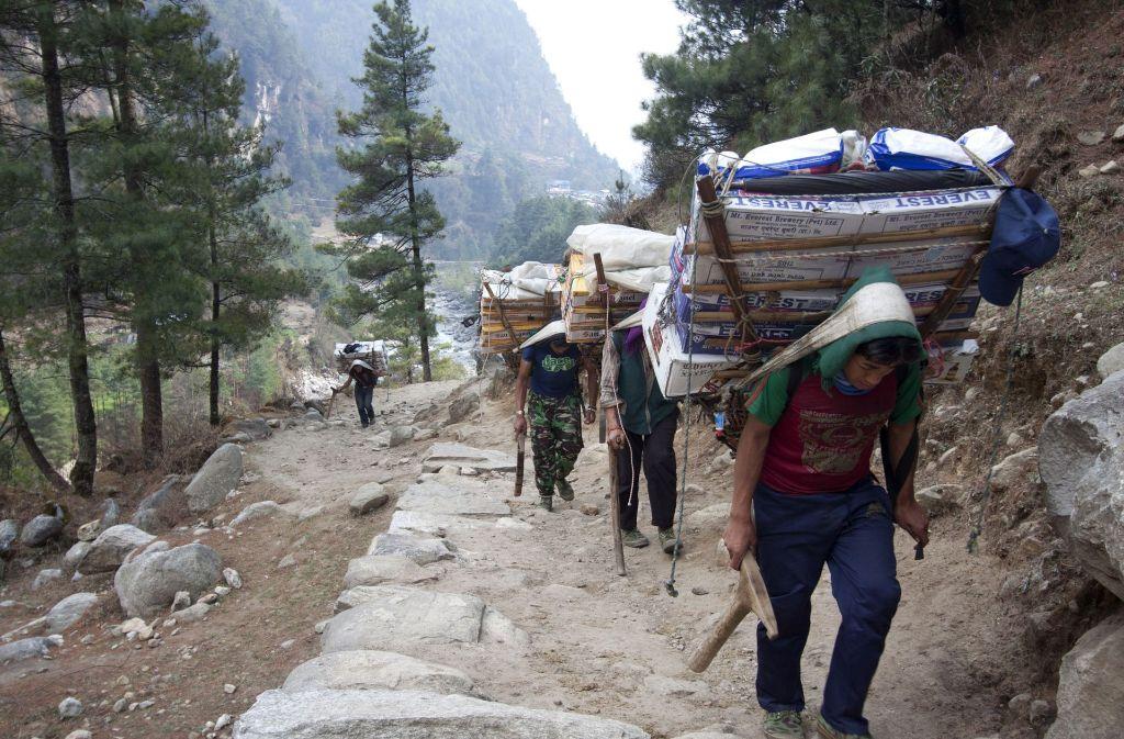 Sherpas auf einem Gebirgspfad bei Zamphute, einem Dorf in Nepal. Foto: AP