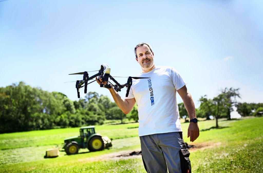 Hans-Jörg Andonovic-Wagner mit der Drohne, die helfen soll, Rehkitze zu retten. Foto: