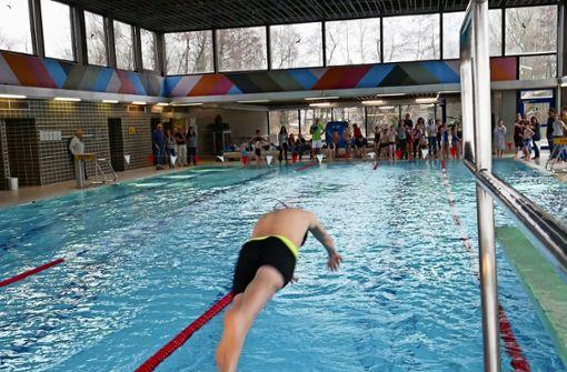 Schwimmer sitzen weiter auf dem Trockenen