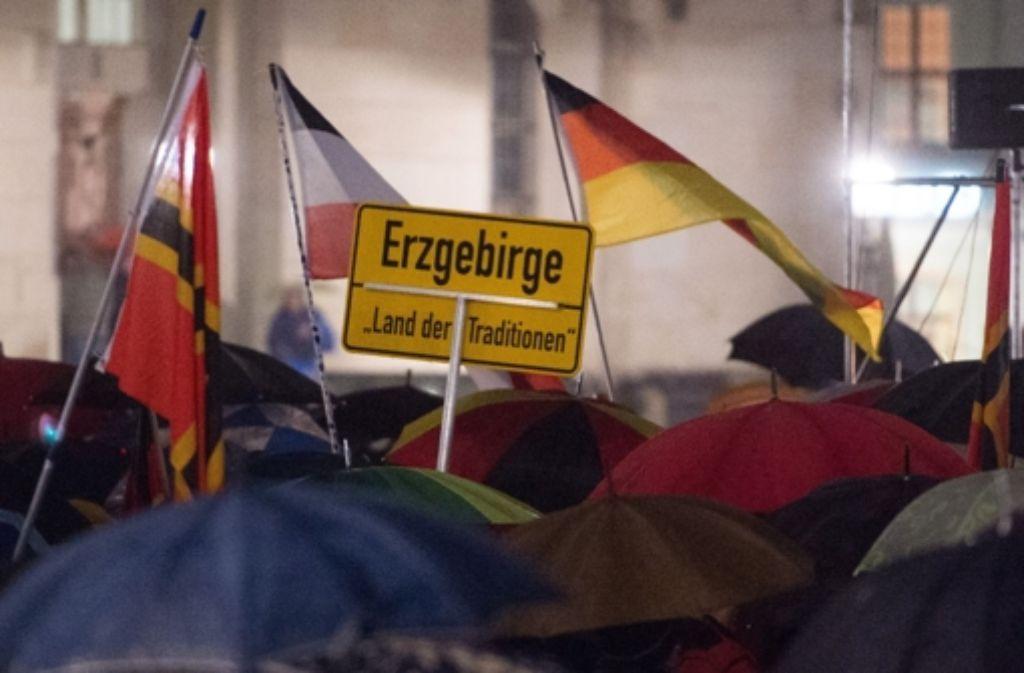 Anhänger der islamfeindlichen Pegida-Bewegung haben sich am Montagabend in Dresden versammelt. Foto: dpa