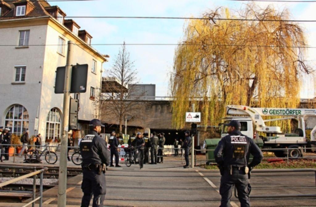Die Trauerweide beim Bahnhofsgebäude in Feuerbach  wurde  am 3. Dezember  unter Polizeischutz gefällt. Etwa 60 Beamte waren im Einsatz. Foto: Georg Friedel