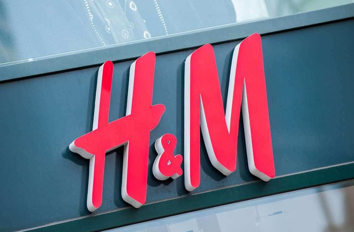 Laut Behörde wurden mindestens seit 2014 bei einem Teil der H&M-Beschäftigten Angaben zu ihren privaten Lebensumständen umfangreich erfasst und gespeichert. Foto: dpa/Hauke-Christian Dittrich