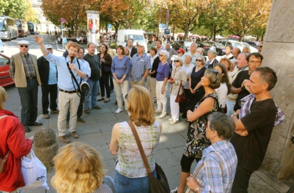 Wie der Kandidat die Stadt sieht: Hannes Rockenbauch redet am Karlsplatz über den Flohmarkt und die Breuninger-Pläne. Foto: Achim Zweygarth
