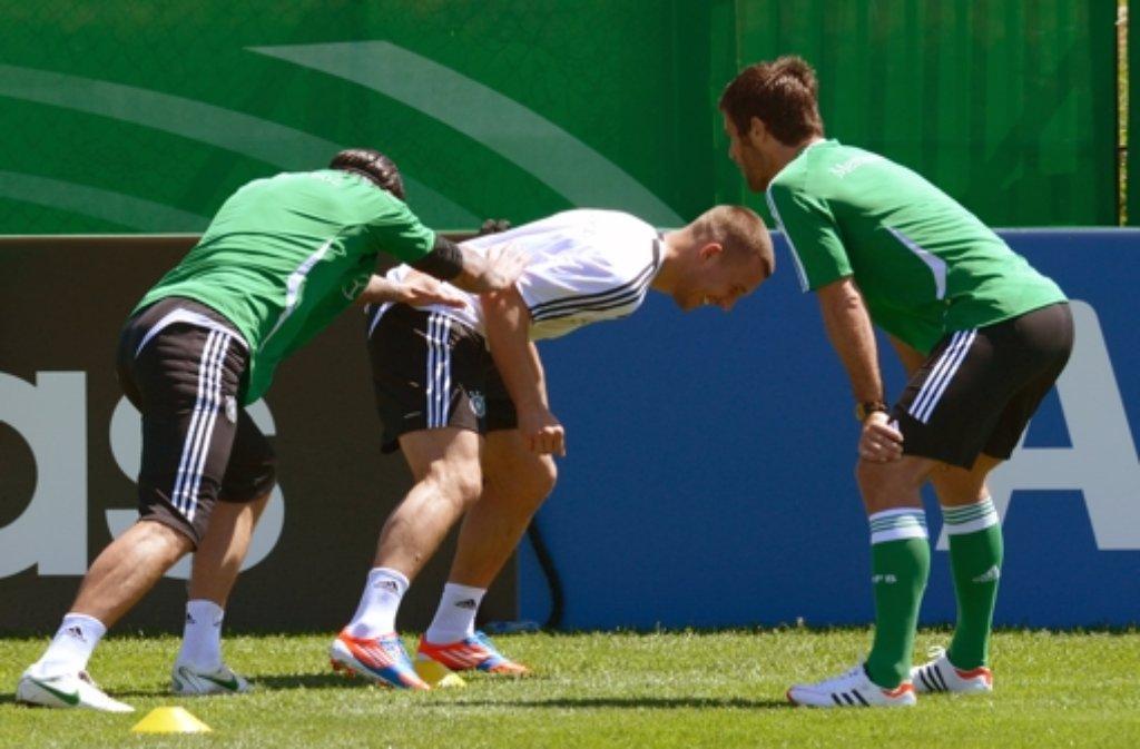 Lukas Podolski (Mitte) hat die EM-Vorbereitung auf Sardinien aufgenommen. Foto: dpa