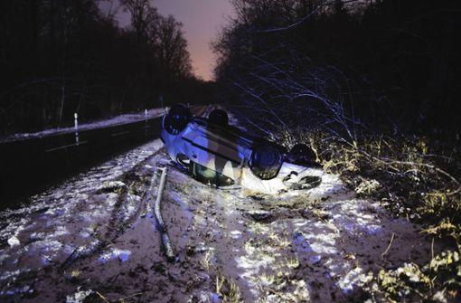 19-jähriger Autofahrer überschlägt sich bei Glatteis