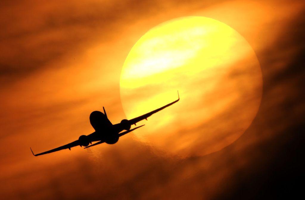 Eine neue App soll Flugreisenden bei Problemen mit wenigen Klicks helfen. (Symbolbild) Foto: dpa/Julian Stratenschulte