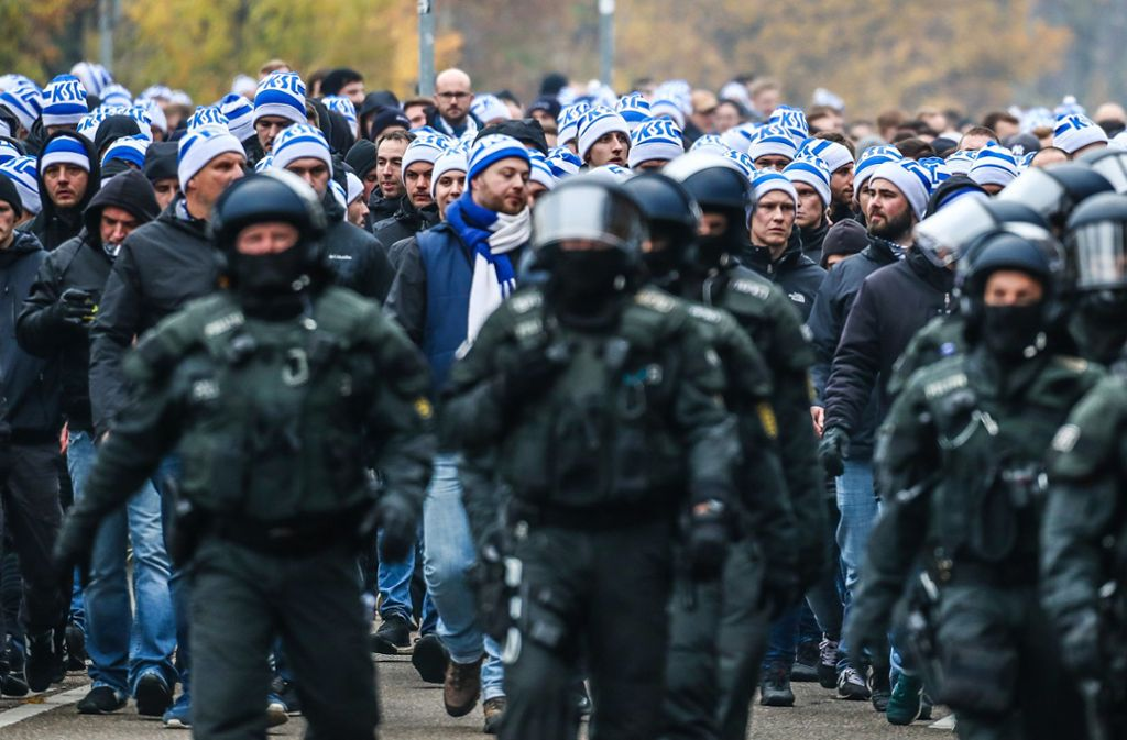 Bei Fußballspielen ist auch die Polizei gefordert – wie hier beim Derby des VfB Stuttgart gegen den Karlsruher SC. Foto: dpa/Christoph Schmidt
