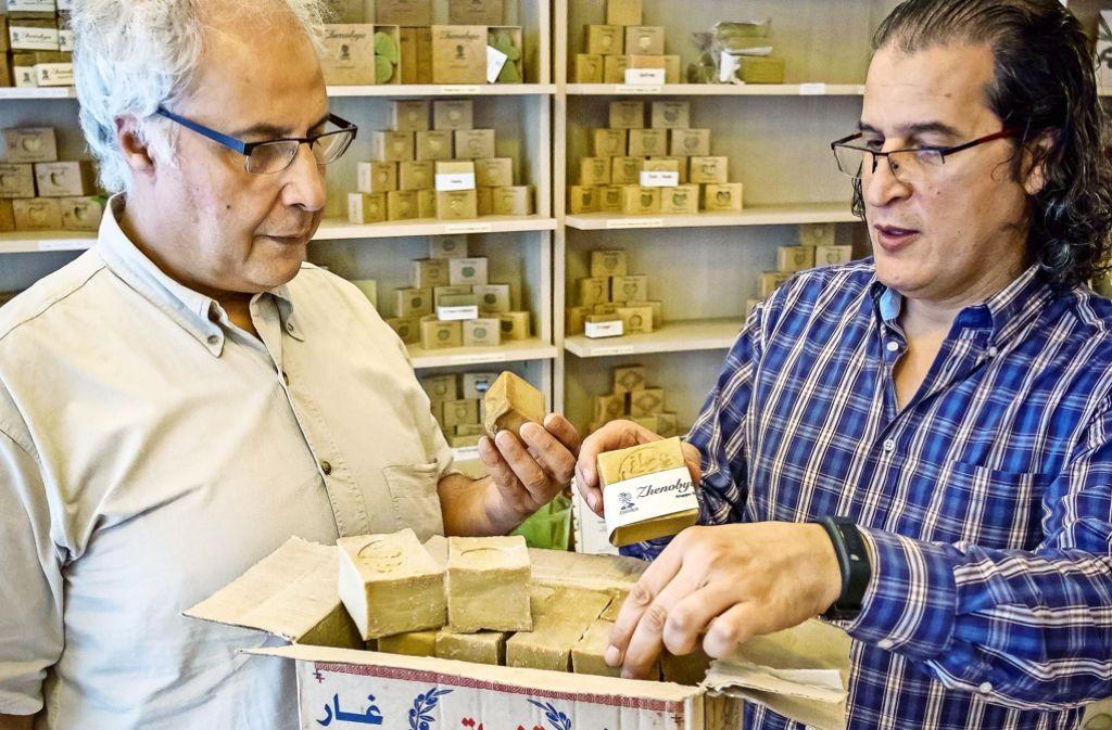 Der Duft des Orients: Nawras und Bassam Al Machout (von links) mit  Seife aus Aleppo. Foto: Lichtgut/Max Kovalenko