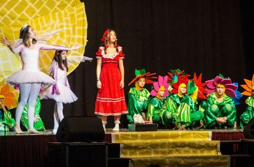 65 Kinder und Jugendliche wandeln durch ein zauberhaftes Land