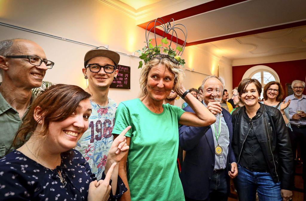 Ausgelassene Stimmung auf der Wahlparty der Ludwigsburger Grünen im Café Grävenitz: Die Stimmenkönigin Christine Knoß bekommt eine  Krone. Foto: factum/Weise