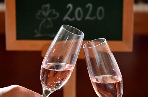 Jeder Zehnte feiert allein ins neue Jahr – Böllerei spaltet die Gesellschaft