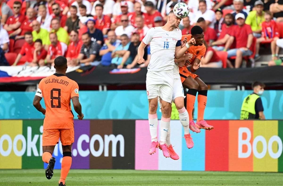 Beim Spiel der Niederlande gegen Tschechien leuchtet die Bandenwerbung in Regenbogenfarben. Foto: AFP/ATTILA KISBENEDEK