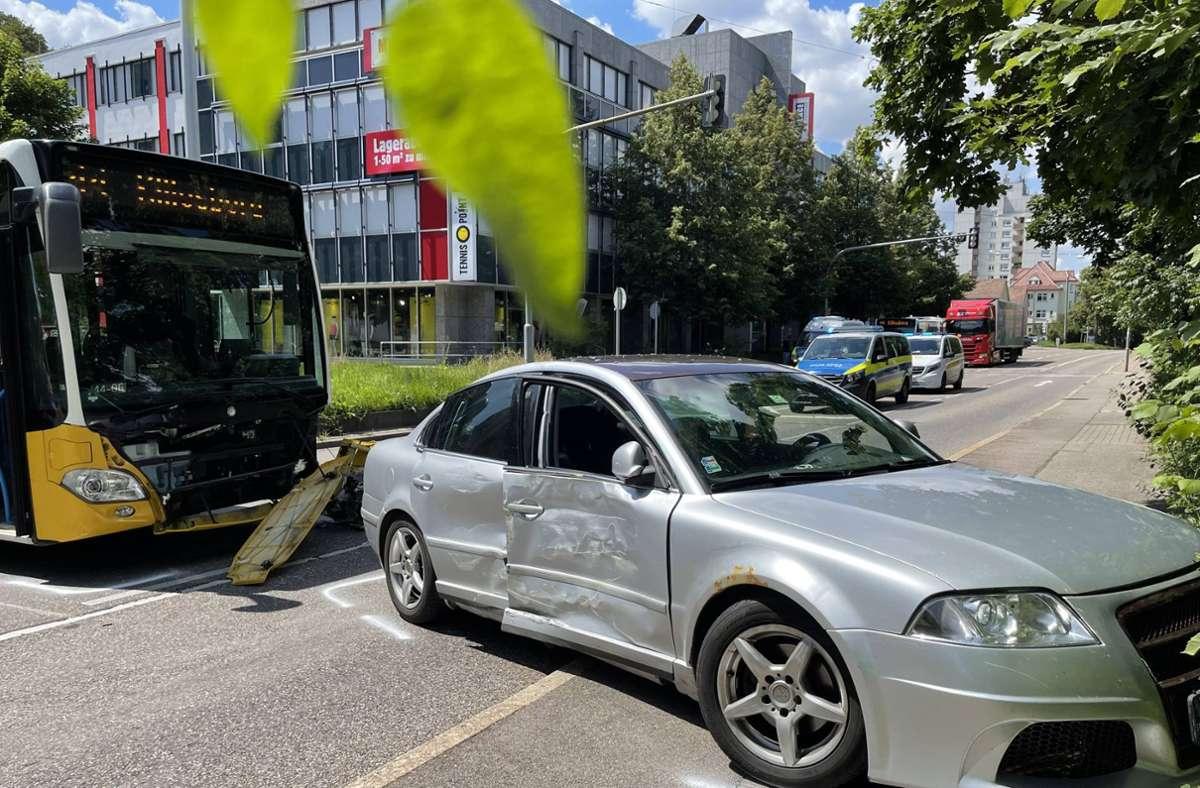 Im Stuttgarter Westen sind bei einem Unfall zwischen einem Linienbus und einem Auto zwei Menschen verletzt worden. Foto: 7aktuell.de/Andreas Werner