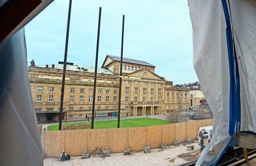 Der Blick von der Baustelle des Landtagsgebäudes auf das Große Haus, das wohl in einigen Jahren selbst zur Großbaustelle werden wird. Foto: dpa