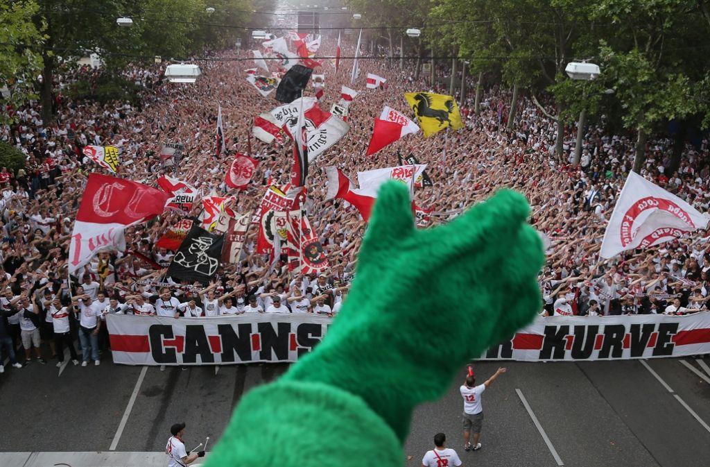 Vor dem Saisonstart marschierten die Anhänger des VfB schon einmal in großer Zahl vom Cannstatter Bahnhof zum Stadion Foto: Baumann