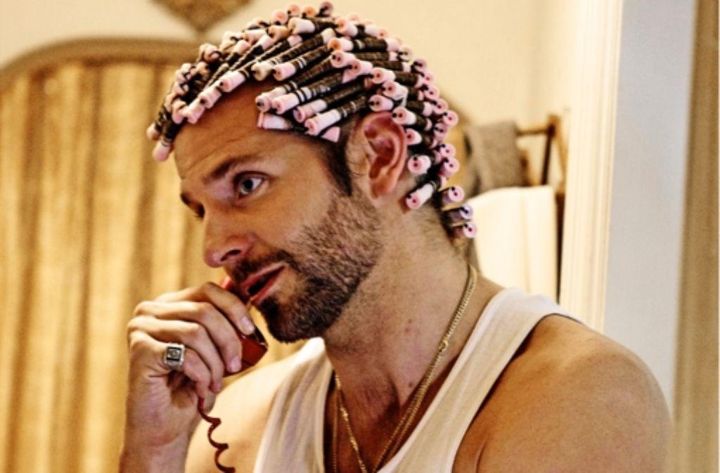 Betrug bis in die Spitzen: der FBI-Agent Richie DiMaso (Bradley Cooper) mag's lockig. Foto: Tobis Film