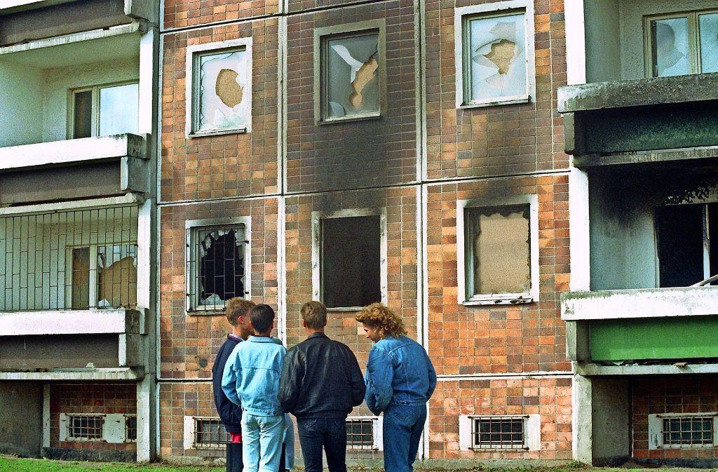 Brandschäden und kaputte Fenster: In Rostock  hatte vor 25 Jahren der rechtsextreme Mob der ganzen Welt sein hässlichstes Gesicht gezeigt. Foto: dpa