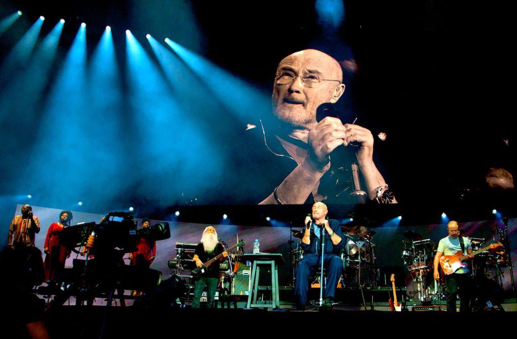 Er sitzt, aber er ist omnipräsent: Phil Collins in Stuttgart. Foto: Lichtgut