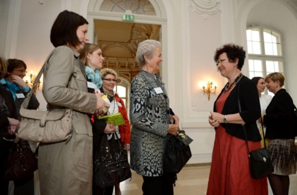 Gerlinde Kretschmann (rechts) begrüßt ihre Gäste im Neuen Schloss. Foto: dpa