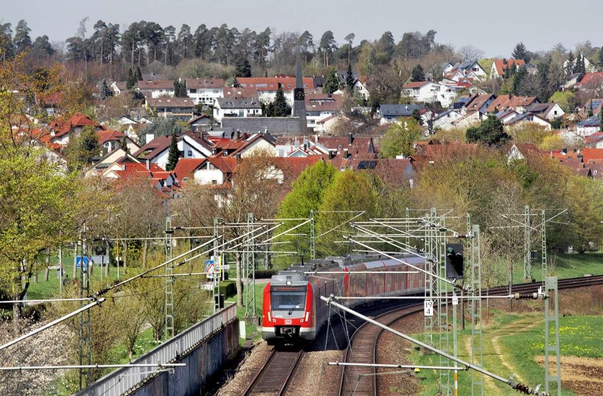 Auf den Gleisen der S-Bahn auf den Fildern – hier in Leinfelden – sollen  mit S 21 auch Schnellzüge der Gäubahn fahren. Foto: Horst Rudel