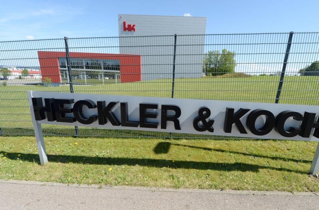 Das Logo von Heckler und Koch steht in Oberndorf vor der Firmenzentrale. Ehemalige Mitarbeiter des Waffenproduzenten müssen sich vor Gericht verantworten. Foto: dpa