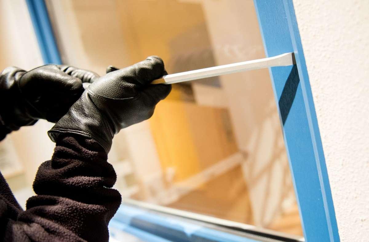 Die Einbrecher gelangten über ein Fenster in die Gaststätte. (Symbolbild) Foto: picture alliance / dpa/Daniel Bockwoldt