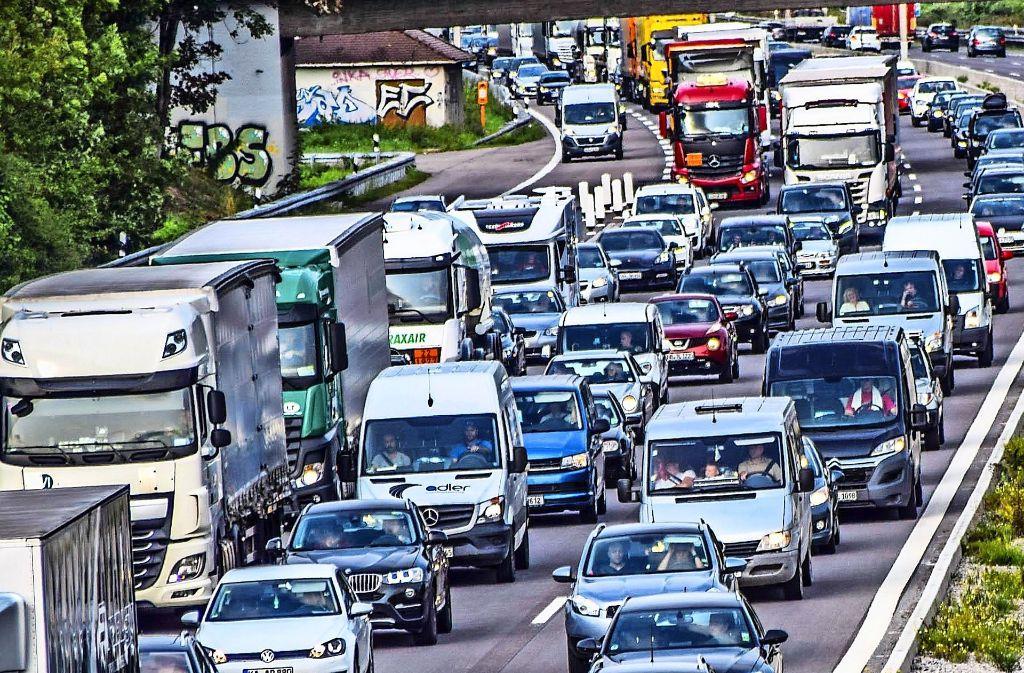 Verstopfte Straßen sind eines der Hauptthemen auf den Fildern. Wenn die Autobahn dicht ist (Foto), versuchen viele durch Vaihingen und Möhringen zu fahren und dem Stau so auszuweichen. Foto: 7aktuell.de/Fabian Geier