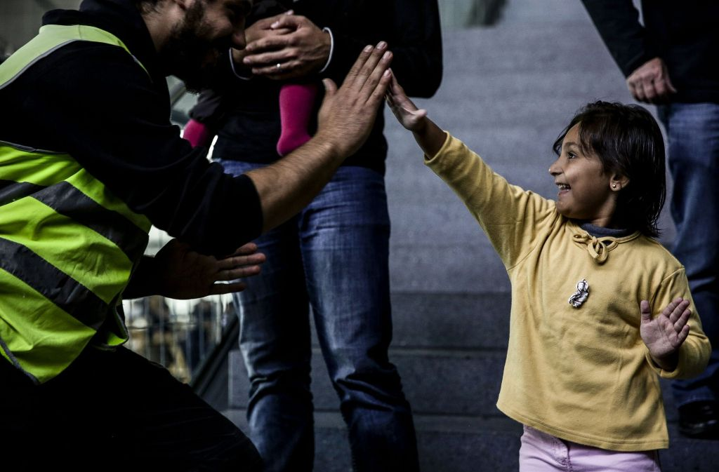 Ein Augenblick gelebter Willkommenskultur, aufgenommen im  Oktober  2015. Inzwischen  haben sich die Verhältnisse in der Flüchtlingshilfe wieder   beruhigt. Foto: Lichtgut/Leif Piechowski