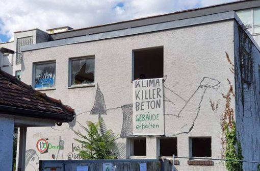 Aktivisten besetzen leerstehende Bettfedernfabrik