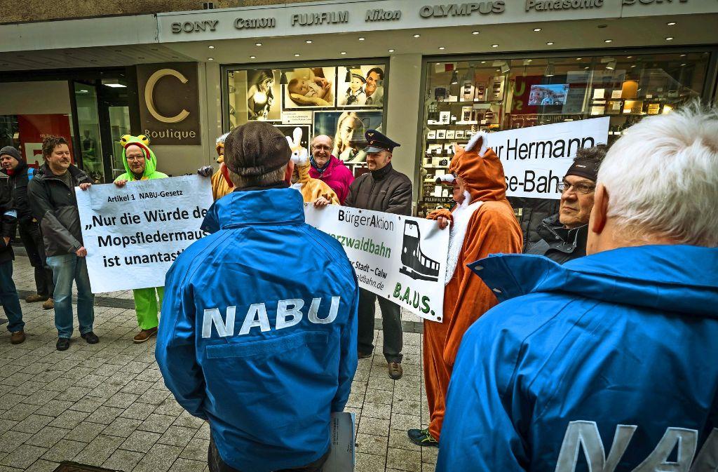Protest: Bahnfreude, die für die Hesse-Bahn sind, demonstrieren gegen die Klage, die der Nabu zum Schutz der Fledermäuse angestrengt hat. Foto: Lichtgut/Achim Zweygarth