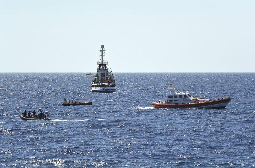 """Die Lage auf dem Rettungsschiff """"Open Arms"""" ist eskaliert. Foto: AP"""