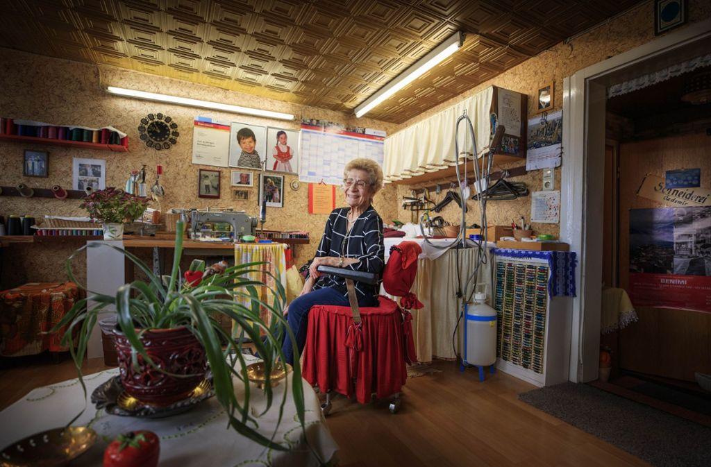 Das Reich der 86-jährigen Nihal Akman Özdemir ist ihre Nähstube, die sie seit 27 Jahren in der Bad Uracher Altstadt betreibt. Fotos und Zeitungsausschnitte dokumentieren das Leben ihres einzigen Kindes Cem. Foto: Gottfried Stoppel