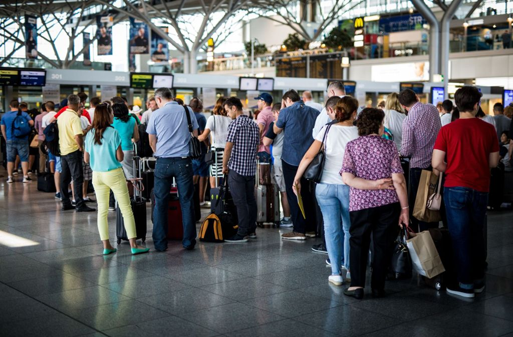 Wo Reisende auf ihre Flüge warten, wurde am Montagabend ein fünfjähriges Mädchen vergessen (Symbolfoto). Foto: dpa