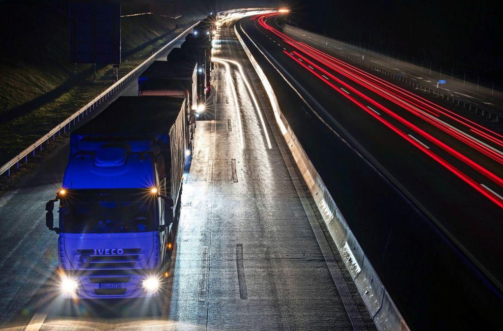 Immer wieder einmal werden, wie jetzt bei Hohenstadt, entlang der Autobahnen Flüchtlinge in Lastwagen entdeckt. Foto: dpa