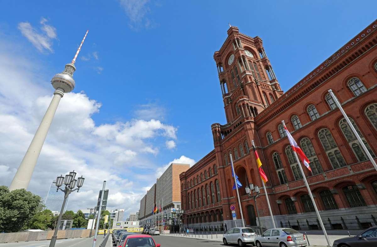 Hinter den Mauern des Roten Rathauses hat der Berliner Senat am Dienstag entschieden, die Kontaktbeschränkungen zu kippen. (Archivbild) Foto: dpa/Wolfgang Kumm