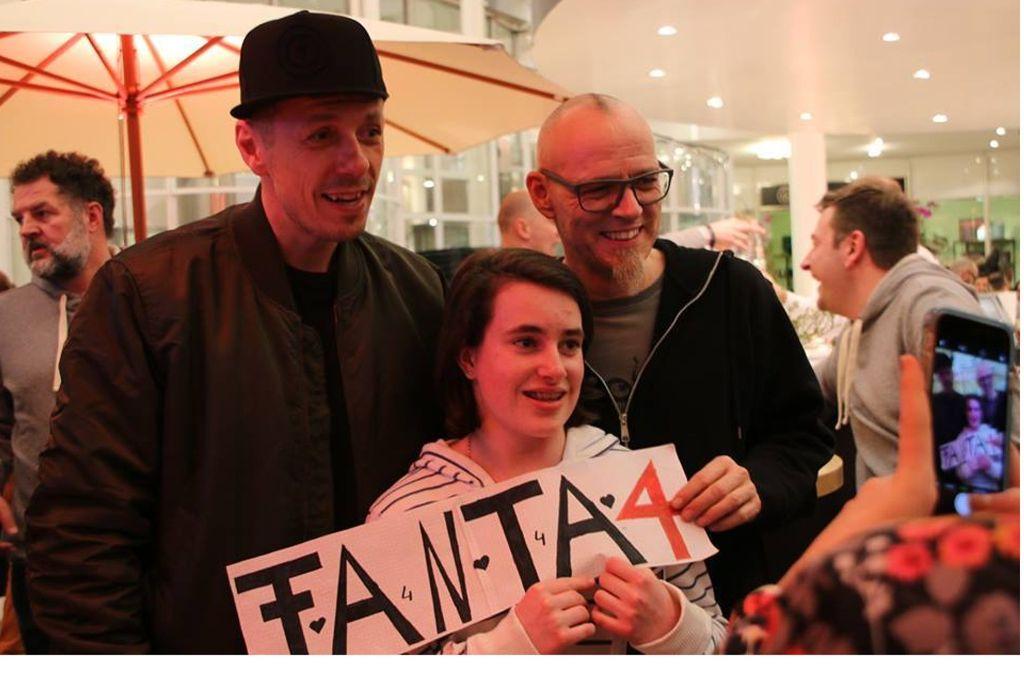 Michi Beck (links) und Thomas D. am Donnerstagabend  mit  einem Fan in der Karlspassage. Foto: Klaus Schnaidt