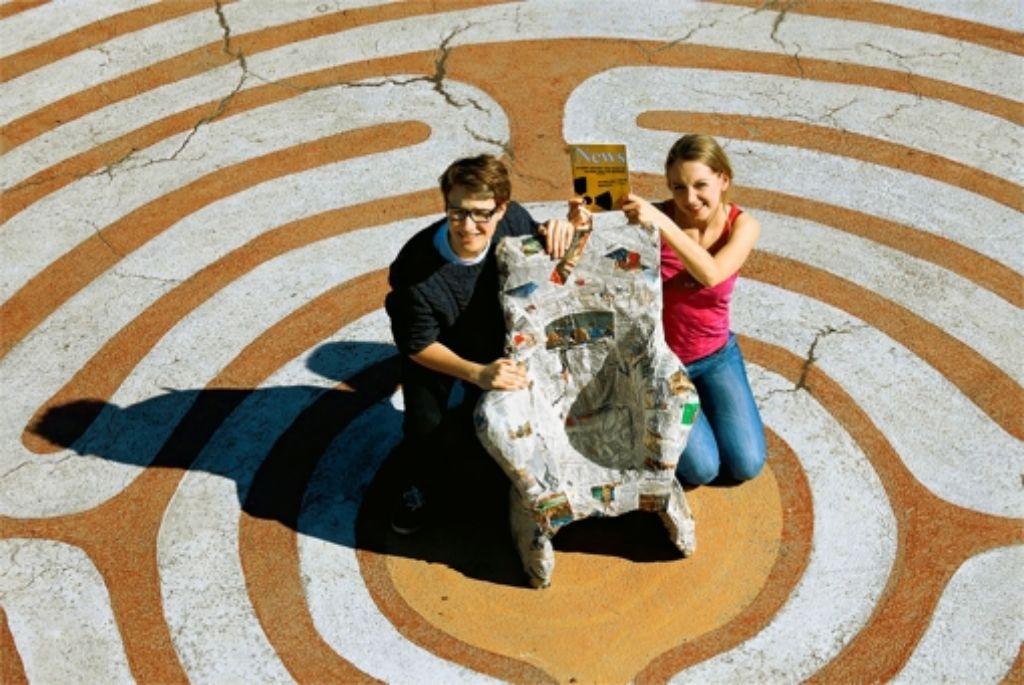 Sarah Roller und Maximilian Reinhold freuen sich über den Preis. Foto: factum/Weise