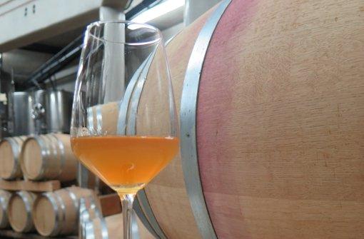Ein Glas Orange Wine im Keller von Rainer Schnaitmann. Foto: Brigitte Hess