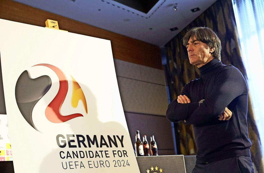 Ob er dann immer noch im Amt ist? Bundestrainer Joachim Löw vor einem Plakat für die EM 2024.Gereizt und schnippisch: der DFB-Direktor Oliver Bierhoff Foto: dpa