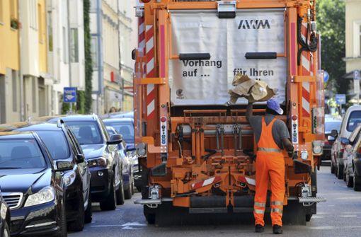 Müllauto bleibt an Parkhausdecke hängen – immenser Schaden