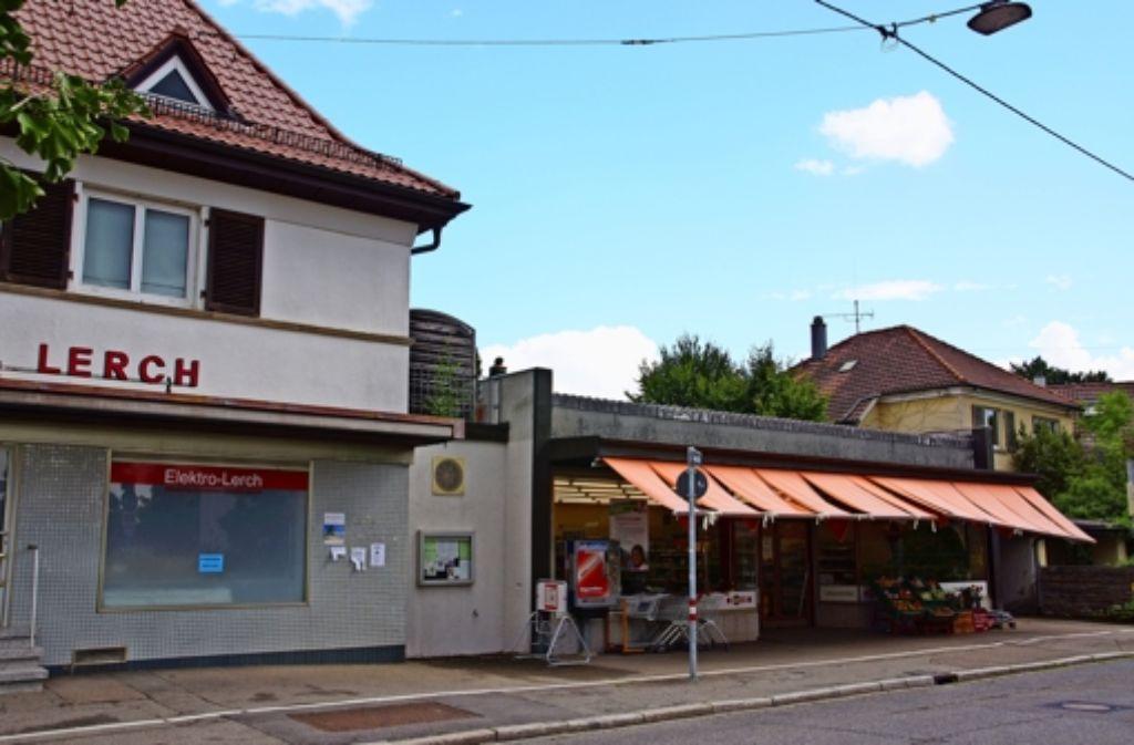 Das Wohnhaus mit Einzelhandelsfläche, das Bonus-Gebäude sowie das Wohnhaus rechts gehören Kevin Kurányi. Foto: Waltraud Daniela Engel