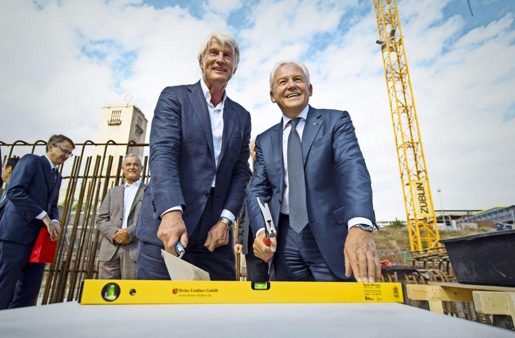 Legt Christoph Ingenhoven (li.)  – hier gemeinsam mit Bahn-Chef Rüdiger Grube – nicht nur den Grundstein für den neuen Bahnhof? Foto: dpa